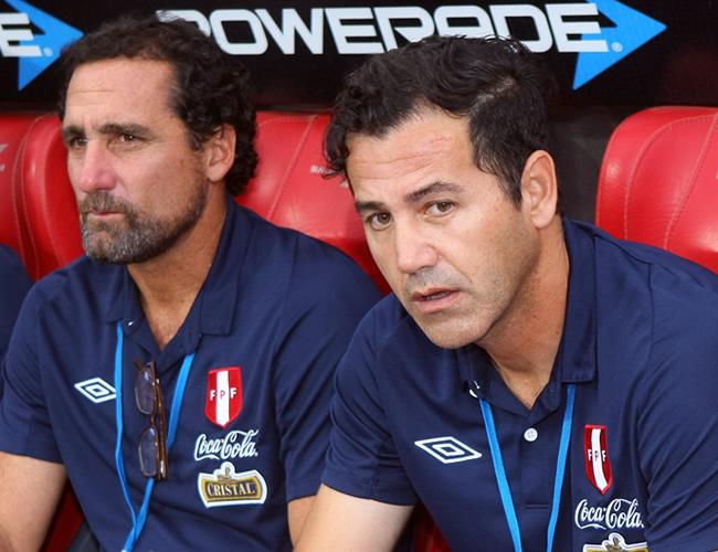 El director técnico de Perú, Carlos Vera (d). Foto: EFE