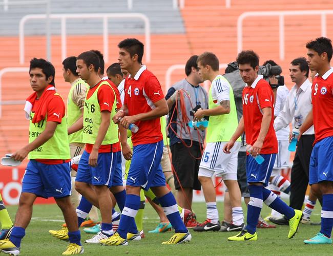 Jugadores de Chile salen de la cancha tras perder ante Paraguay. Foto: EFE