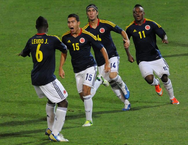 El jugador de Colombia Juan Pablo Nieto (2 i) celebra con sus compañeros un gol ante Ecuador. Foto: EFE