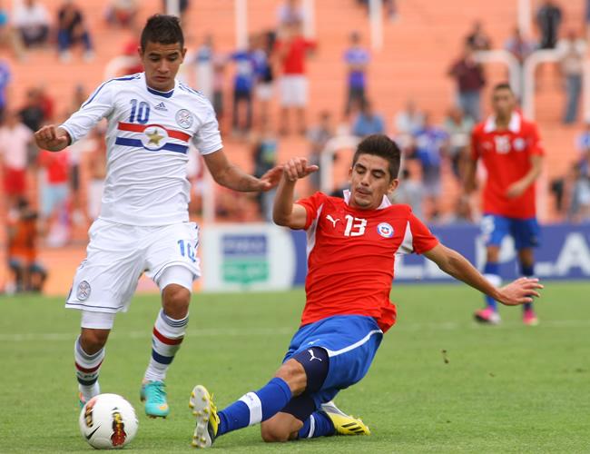 Manuel Bravo (d) de Chile disputa el balón con Derlis González de Paraguay (i). Foto: EFE