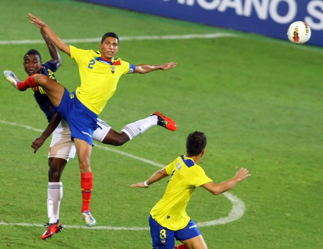 Jhon Córdoba (i) de Colombia, disputa el balón con Luis León de Ecuador. Foto: EFE