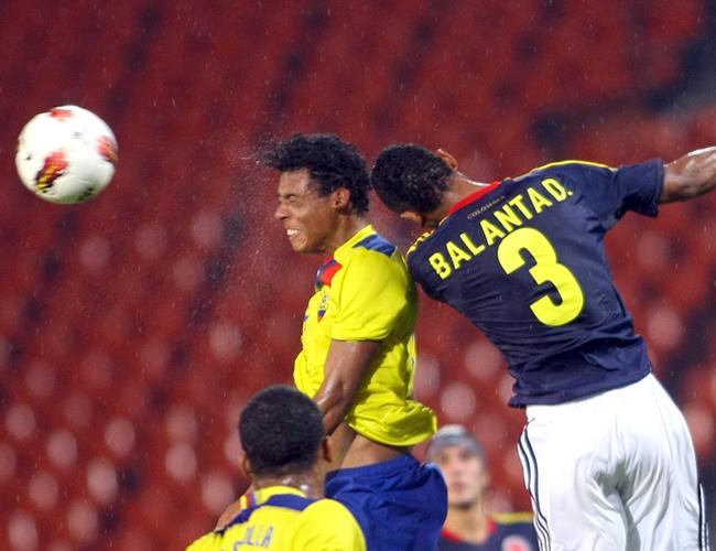 Deivy Balanta (d) de Colombia, cabecea el balón ante Ecuador. Foto: EFE