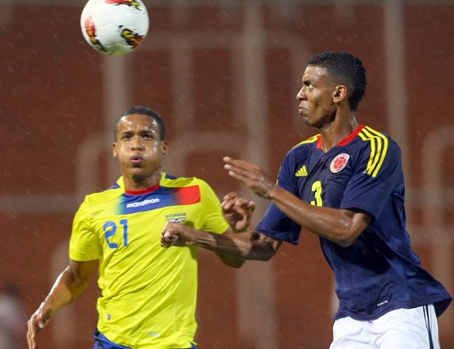 Deivy Balanta (d) de Colombia, disputa el balón con Ely Esterilla (i) de Ecuador. Foto: EFE