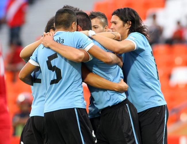 Jugadores de Uruguay celebran tras una anotación ante Perú. Foto: EFE