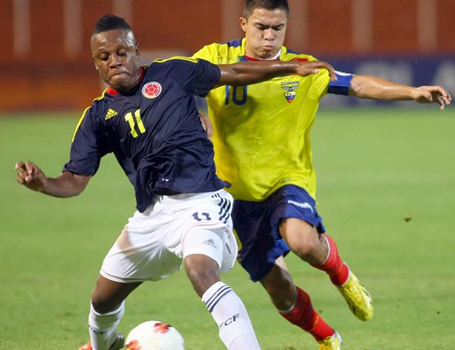 El jugador de Colombia Cristian Palomeque (d) disputa el balón con Jonny Uchuari (d) de Ecuador. Foto: EFE