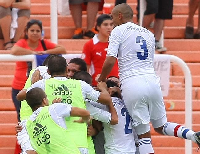 Jugadores de Paraguay celebran un gol ante Chile. Foto: EFE