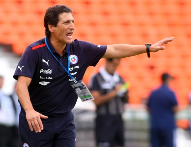 El director técnico de Chile, Mario Salas, da instrucciones a sus jugadores ante Paraguay. Foto: EFE