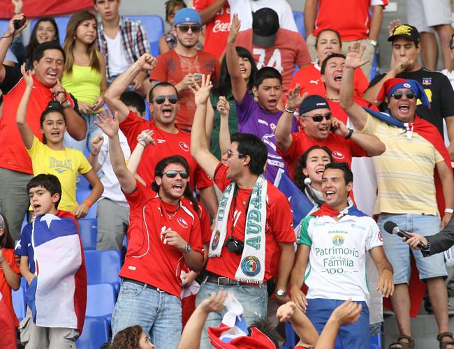 Hinchas de Chile animan al equipo ante Paraguay. Foto: EFE