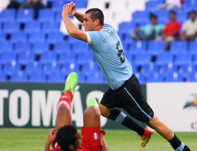 Fabricio Formiliano (d) de Uruguay celebra tras su anotación ante Perú. Foto: EFE