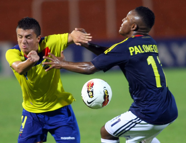 Cristian Palomeque (d) de Colombia, disputa el balón ante Marcos López (i) de Ecuador. Foto: EFE