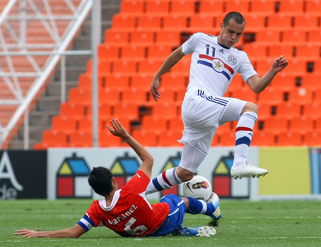 Sebastián Martínez (i) de Chile disputa el balón con Rodrigo Albornoz de Paraguay (d). Foto: EFE