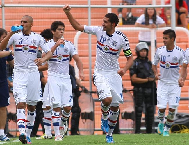 Matías Pérez (c) de Paraguay celebra su gol ante Chile. Foto: EFE