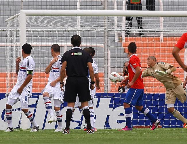 Vista de un gol de Chile de tiro libre ante Paraguay. Foto: EFE