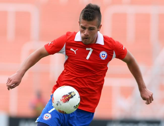 Diego Rubio de Chile controla el balón ante Paraguay. Foto: EFE