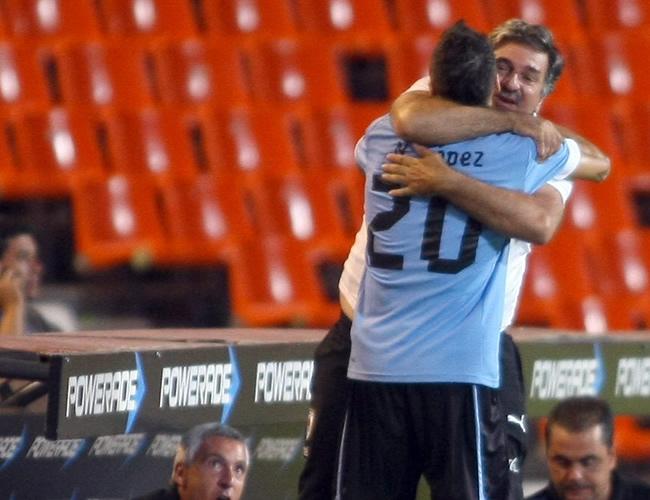 Nicolás López de Uruguay festeja su gol ante Perú. Foto: EFE