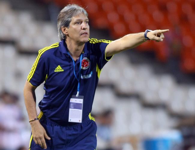 El director técnico de Colombia, Carlos Restrepo, da instrucciones a sus jugadores. Foto: EFE