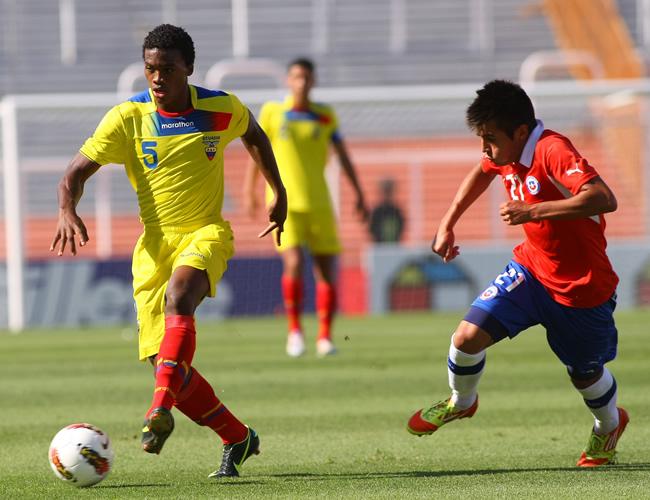 Eddy Corozo de Ecuador lucha por el balón con Ignacio Caroca de Chile. Foto: EFE
