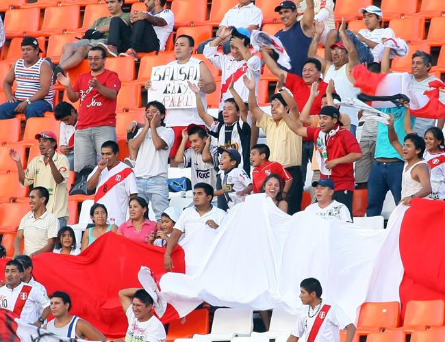 Hinchas de Perú celebran un gol ante Paraguay. Foto: EFE