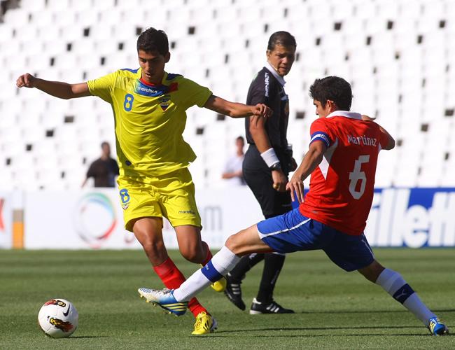José Cevallos de Ecuador lucha por el balón con Sebastián Martínez de Chile. Foto: EFE