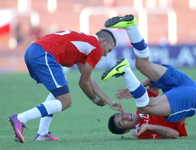 Claudio Baeza (d) de Chile celebra un gol ante Ecuador. Foto: EFE