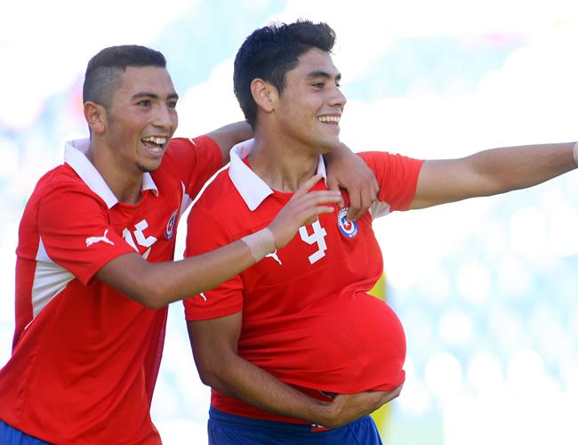 Cristian Cuevas (i) celebra el gol de Felipe Mora (d) ante Ecuador. Foto: EFE