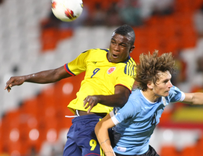 Jhon Córdoba (i) de Colombia ante Guillermo Varela de Uruguay. Foto: EFE