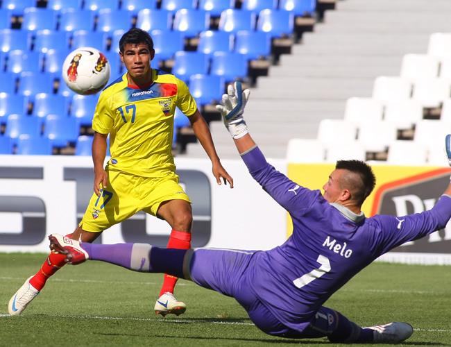 Junior Sornoza (i) de Ecuador hace un tiro al arco ante el portero Darío Melo de Chile. Foto: EFE