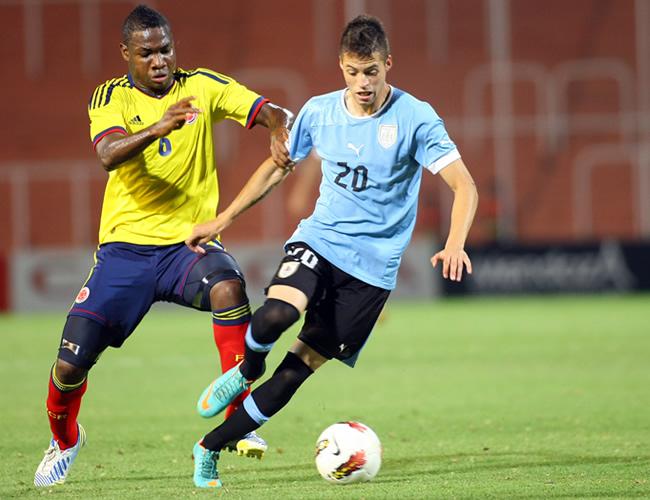 José Leudo (i) de Colombia ante Nicolás López de Uruguay. Foto: EFE
