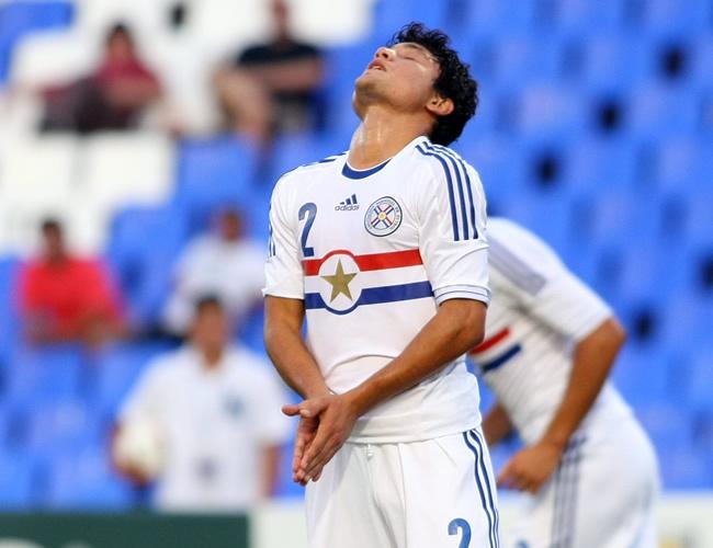 Miller Mareco de Paraguay se lamenta tras desperdiciar una opción de gol ante Perú. Foto: EFE