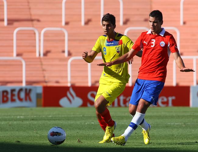José Cevallos (i) de Ecuador lucha por el balón con Alejandro Contreras de Chile. Foto: EFE