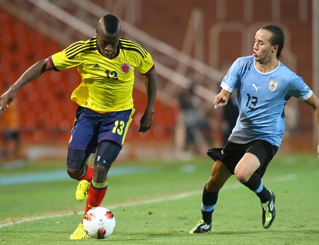 Helibelton Palacios (i) de Colombia ante Guillermo Laxalt de Uruguay. Foto: EFE