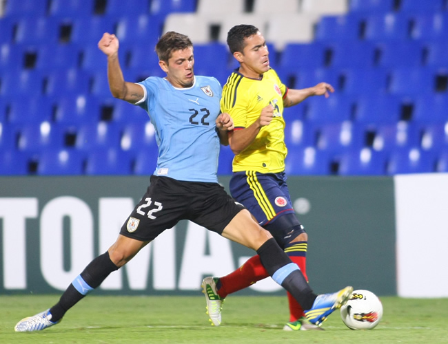 Juan Pablo Nieto (d) de Colombia ante Maximiliano Amondarain de Uruguay. Foto: EFE