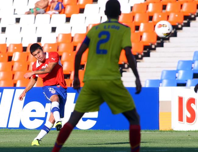 El jugador Claudio Baeza (i) de Chile anota un gol ante Ecuador. Foto: EFE