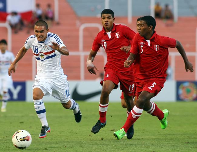 Jorge Rojas (i) de Paraguay ante Wilder Cartagena (c) y Miguel Araújo (d) de Perú. Foto: EFE