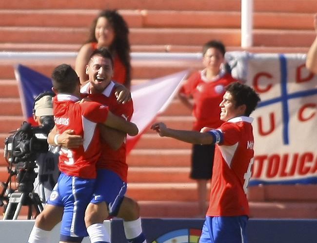 Jugadores de la selección de Chile celebran un gol ante Ecuador. Foto: EFE