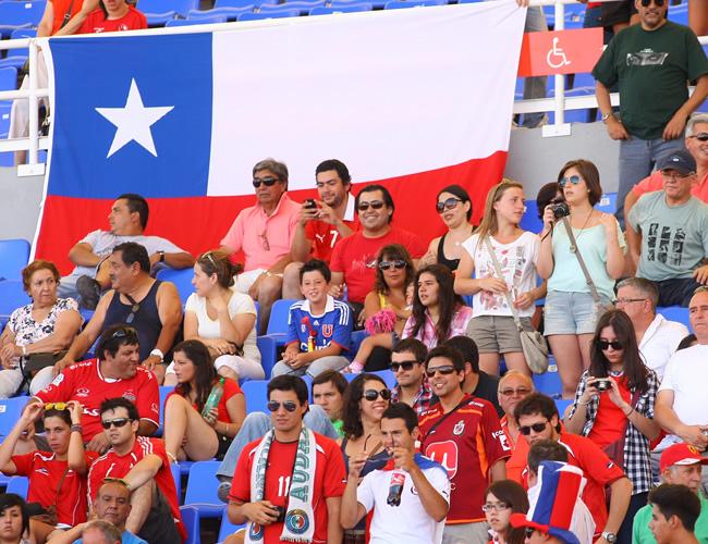 Hinchas chilenos apoyan a su equipo contra Ecuador. Foto: EFE