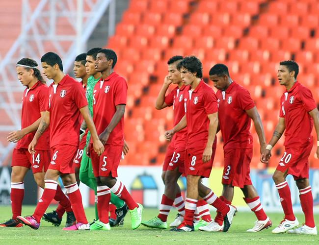 Los jugadores de Perú salen de la cancha al final del primer tiempo. Foto: EFE