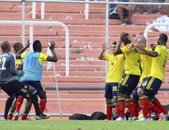 Los jugadores de Colombia celebran un gol ante Perú. Foto: EFE