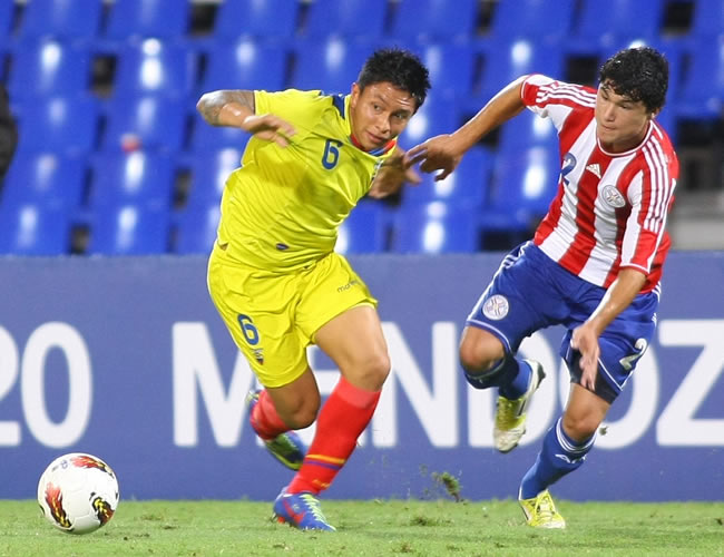 Cristian Ramírez (i) de Ecuador lucha por el balón con Miller Mareco de Paraguay. Foto: EFE