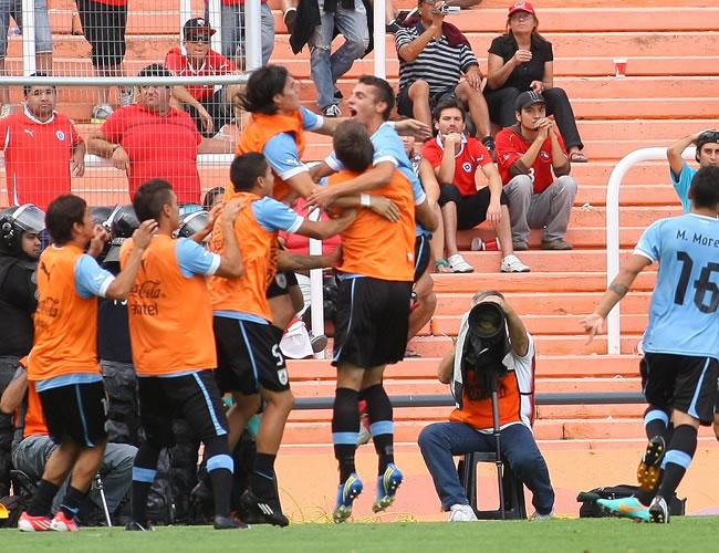Los jugadores de Uruguay celebran después de anotar contra Chile. Foto: EFE