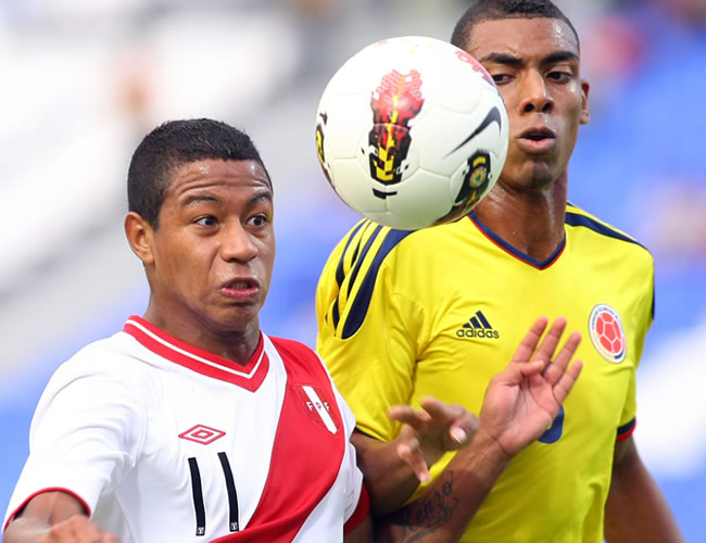 El jugador de Perú Andy Polo lucha por el balón con Deivy Balanta de Colombia. Foto: EFE