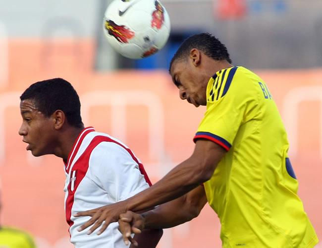 El jugador de Perú Andy Polo (i) lucha por el balón con Deivy Balanta de Colombia. Foto: EFE