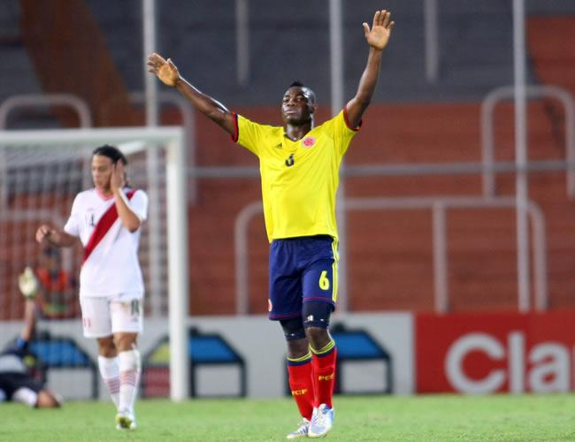 José Leudo (c) de Colombia celebra el triunfo ante los peruanos Cristian Benavente (i) y Raziel García (d). Foto: EFE
