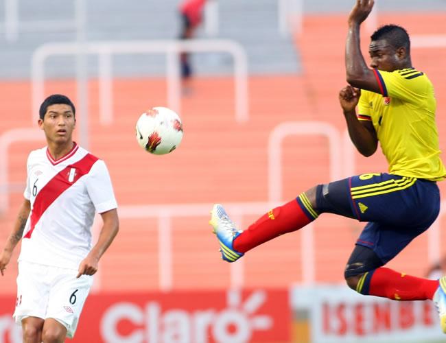 El jugador de Colombia José Leudo (d) intercepta un balón ante Hernán Hinostroza de Perú. Foto: EFE