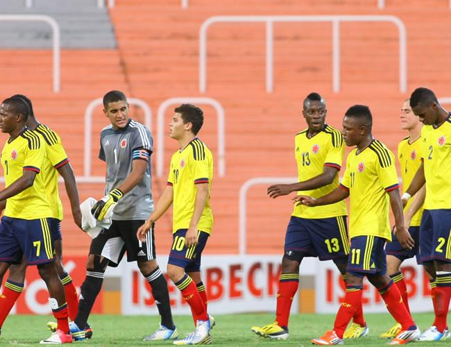 Jugadores de Colombia se retiran del campo en el receso del partido. Foto: EFE