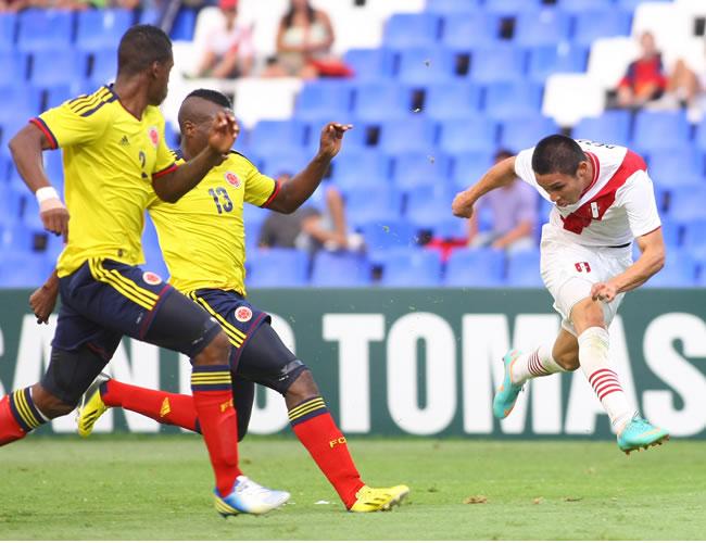 El jugador de Perú Jean Deza (d) remata al arco de Colombia. Foto: EFE