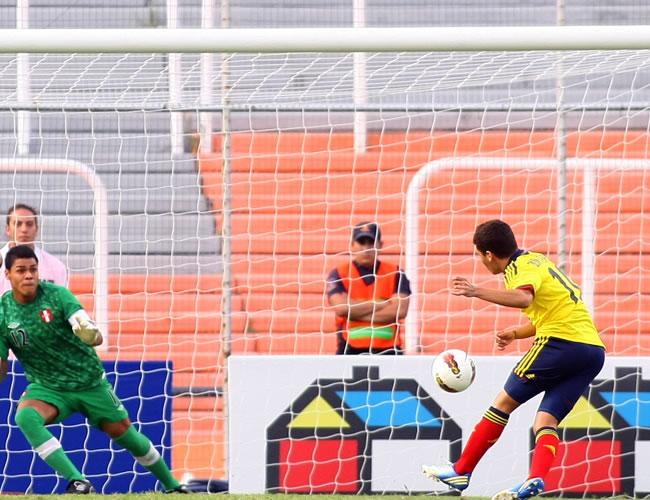 El jugador de Colombia Juan Quintero (d) anota de penalti un gol a Perú. Foto: EFE
