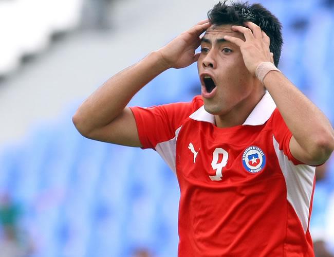 El jugador de Chile Felipe Mora se lamenta ante la anulación de su gol ante Uruguay. Foto: EFE