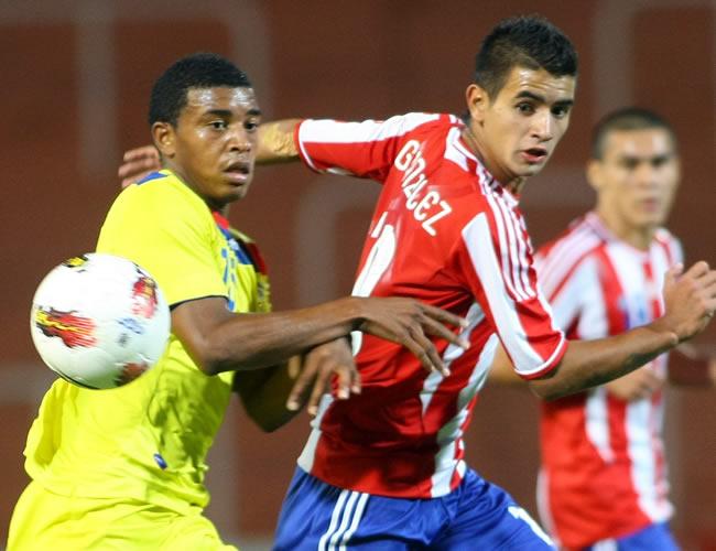 Michael Arboleda (d) de Ecuador lucha por el balón con Derlis González (d) de Paraguay. Foto: EFE
