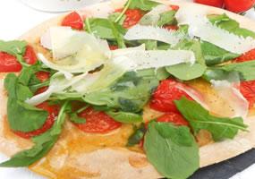 Pizza de tomates cherry, albahaca y parmesano